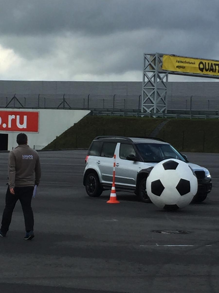 """Упражнение """"футбольные ворота"""" демонстрировало не только навыки участников, но и великолепную отзывчивость органов управления автомобиля на действия водителя, остроту рулевого управления, прозрачность обратной связи на рулевом колесе и комфорт работы подвески Skoda в целом"""