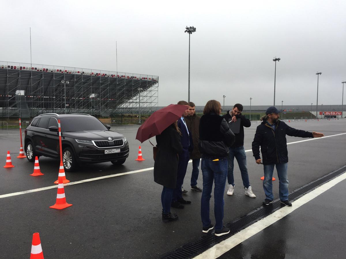 """В рамках презентации систем автомобиля Шкода мы предложили участникам выполнить упражнение """"параллельная и перпендикулярная парковка"""" на автомобиле наглухо заклеенными стеклами. Задание выполнялось на время"""