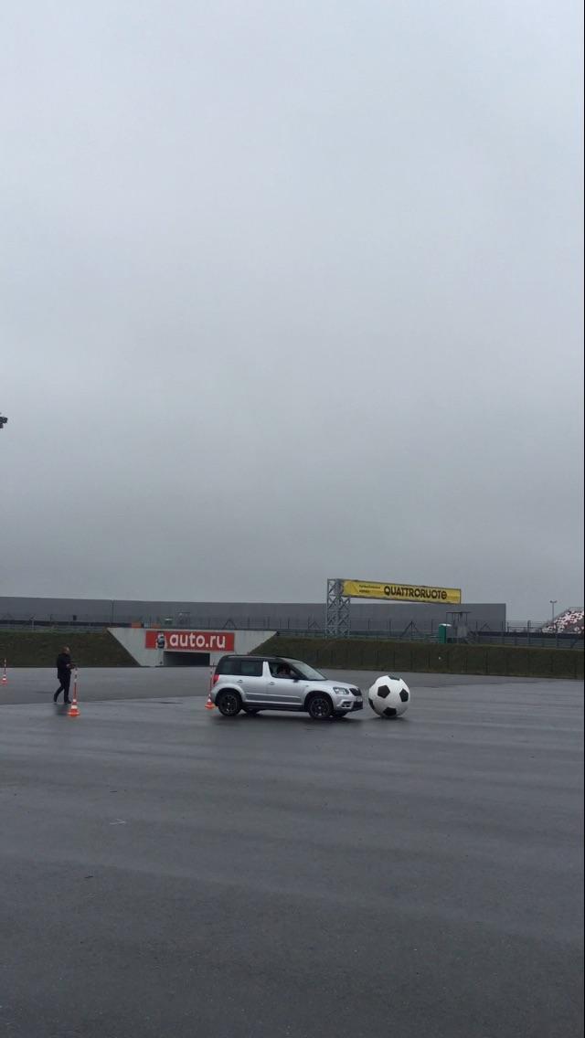 Презентация автомобиля Skoda для лизинговых компаний: управляя автомобилем, участник вел большой футбольный мяч и должен закатить его в ворота.