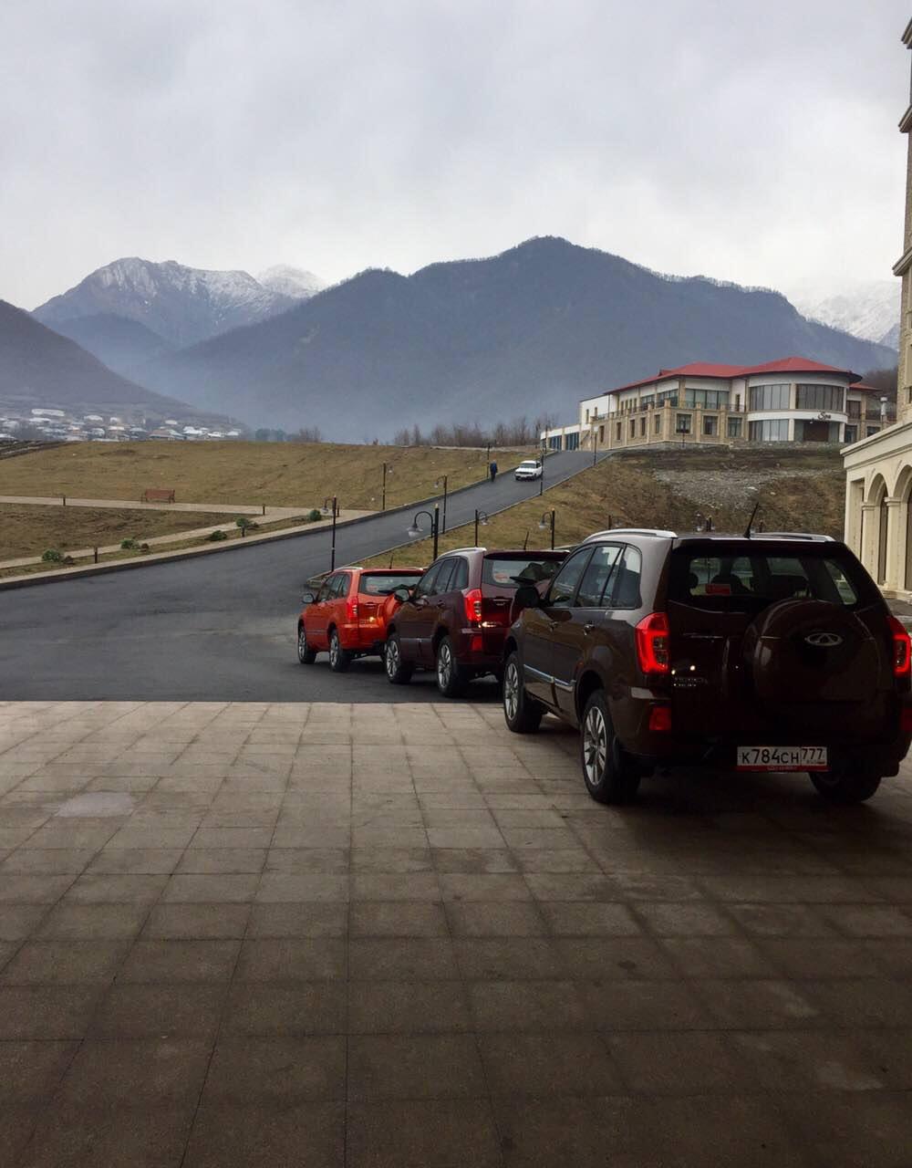 Продолжаем движение по маршруту пресс тура и в итоге уже затемно оказываемся в окруженным со всех сторон горами отеле