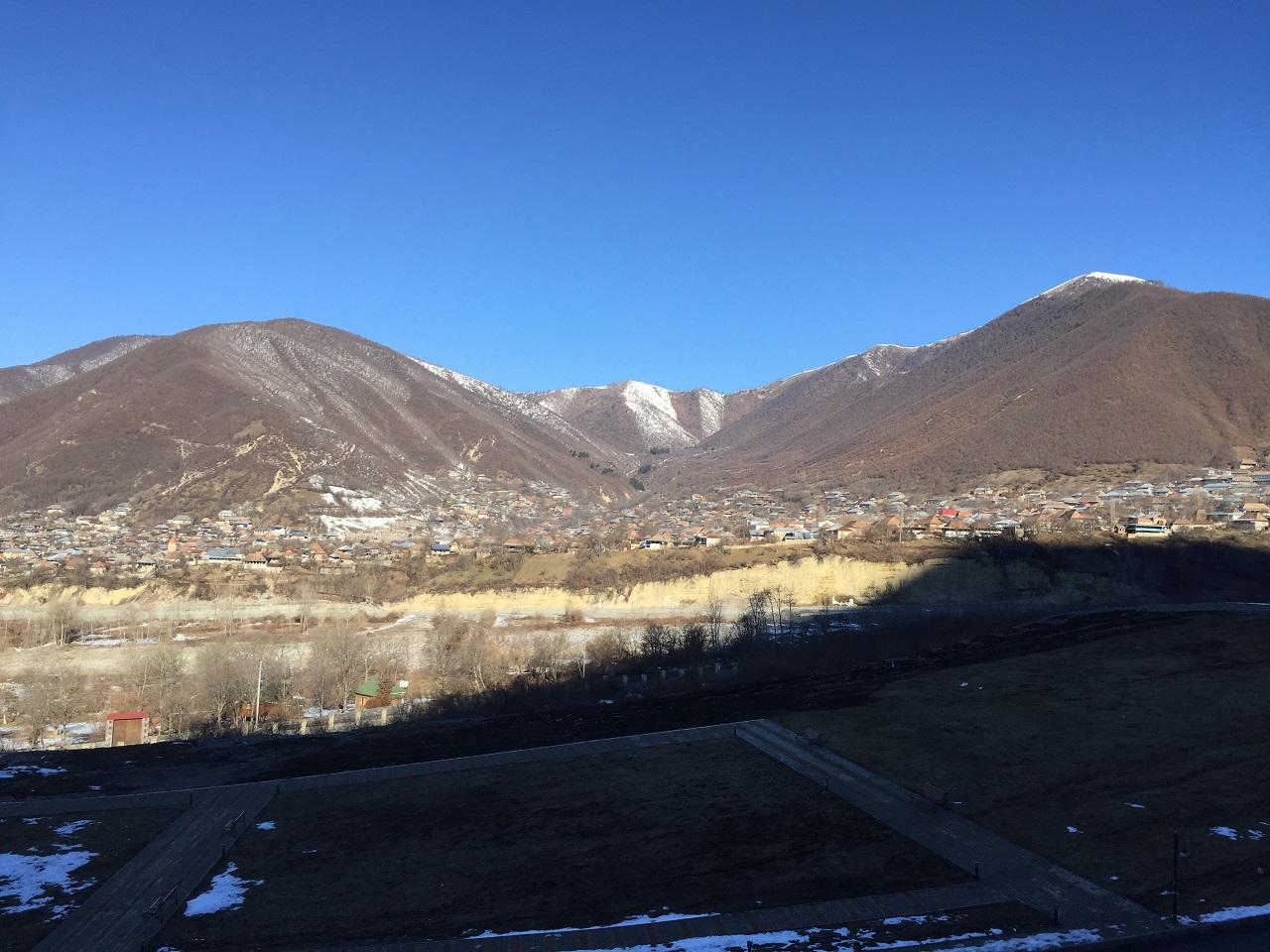 Только уже утром, проснувшись под пение петухов и выглянув в окно наши гости увидели всю красоту горных пейзажей
