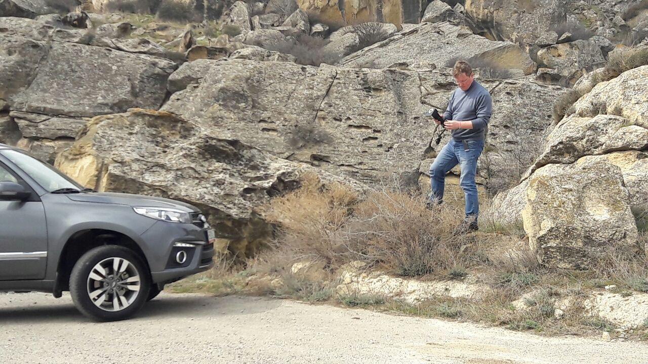 Журналисты съезжают с асфальта и прохватывают на песчаным холмам и гравийным дорожкам оценивая ходовые качества Chery Tiggo 3