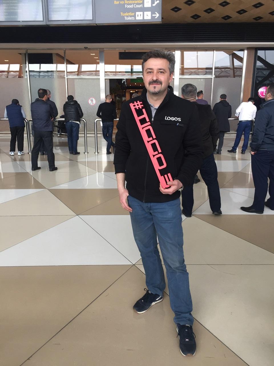 Пресс тур Chery начался со встречи журналистов в аэропорту Баку. У нас в руках пластиковый хештег
