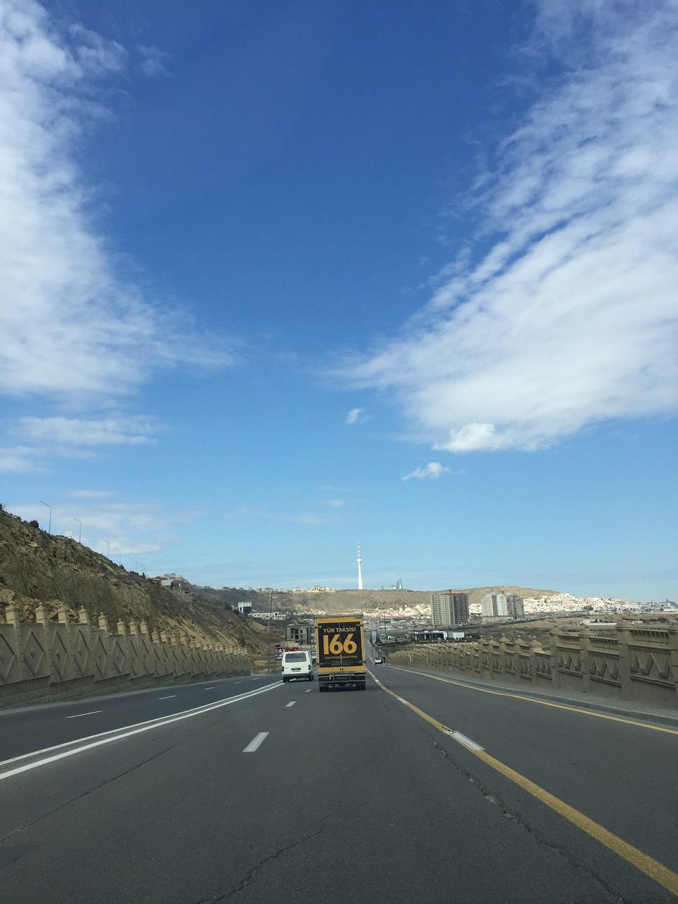 Расстояние между городами Гянджа-Баку 345 километров (из них 280 автомагистраль), которые участники преодолевали за 1,5 дня