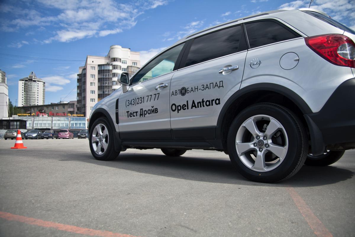 Opel Бизнес-Форум: гостей у парковки встречали менеджеры по продажам местного дилера которые консультировали по комплектациям и ценам и дальше «передавали» в руки профессиональных инструкторов для прохождения тест-драйва
