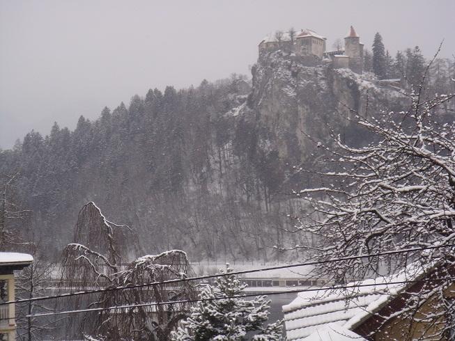 Далее деление на экипажи, выбор автомобиля и в путь. Сегодня нас ожидает 200 км пути по дорогам Восточной Европы. Наш путь лежит в Словению, в сказочный городок Блед.
