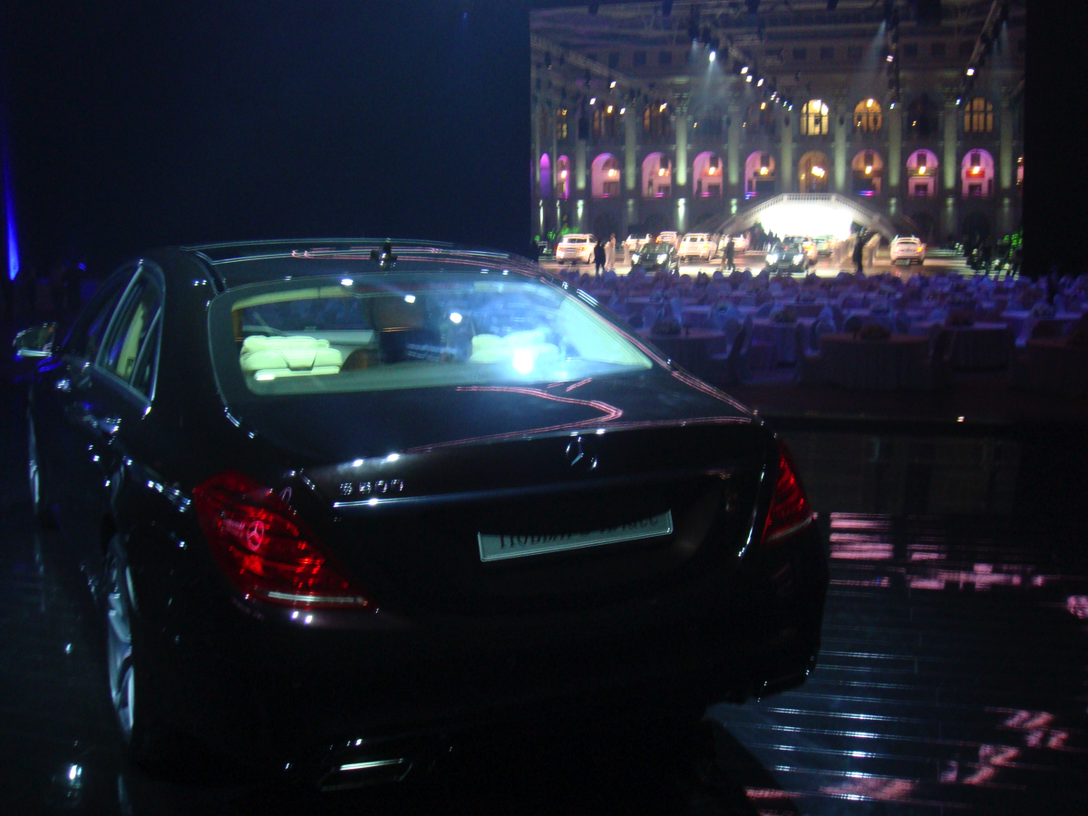 Подготовка автомобилейMercedes Benz S-Classк презентации. Синхронный выезд на сцену