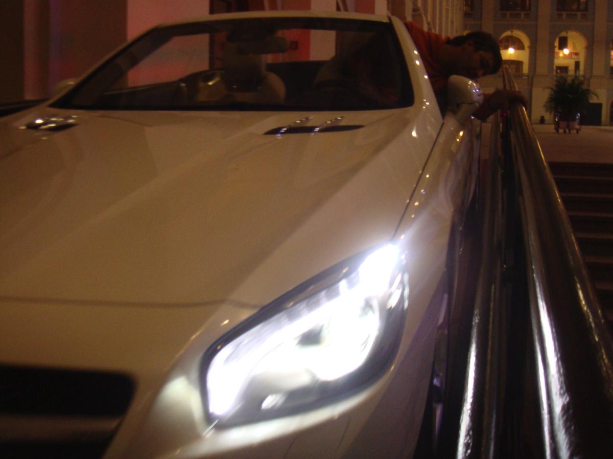 Приняли с автовоза 20 новых автомобилей Mercedes S-класса, большинство еще без (!) номеров. Первая задача была в целости и сохранности доставить их внутрь Гостиного двора через узкие проемы и пандусы внутренних помещений
