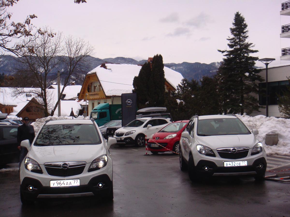 Opel Mokka: А уже ближе к вечеру, наши экипажи постепенно подтягиваются в город Блед. Передают автомобили в бережные руки техподдержки