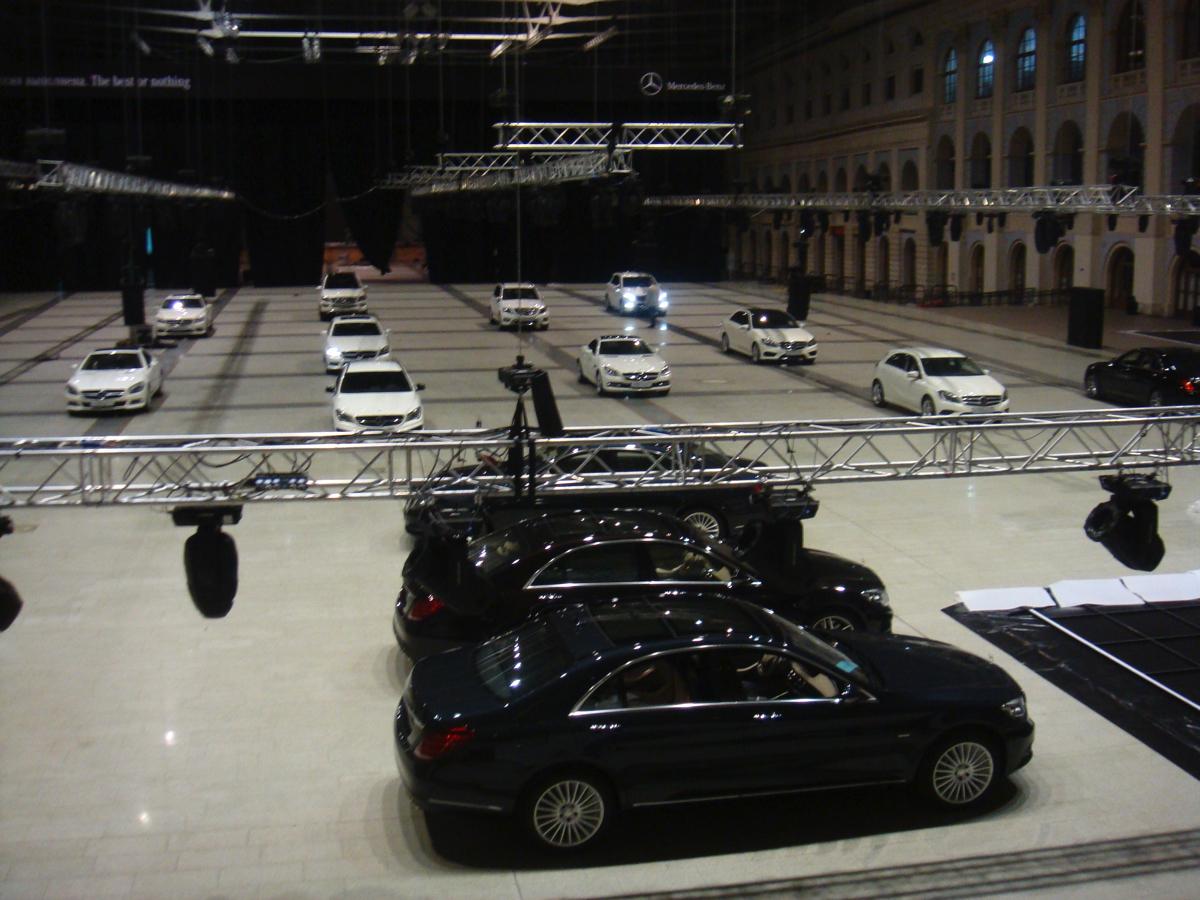 На следующий день необходимо было согласовать с клиентом схему расстановки автомобилей и выстроить их как по линейке практически по всей площади Гостиного двора.