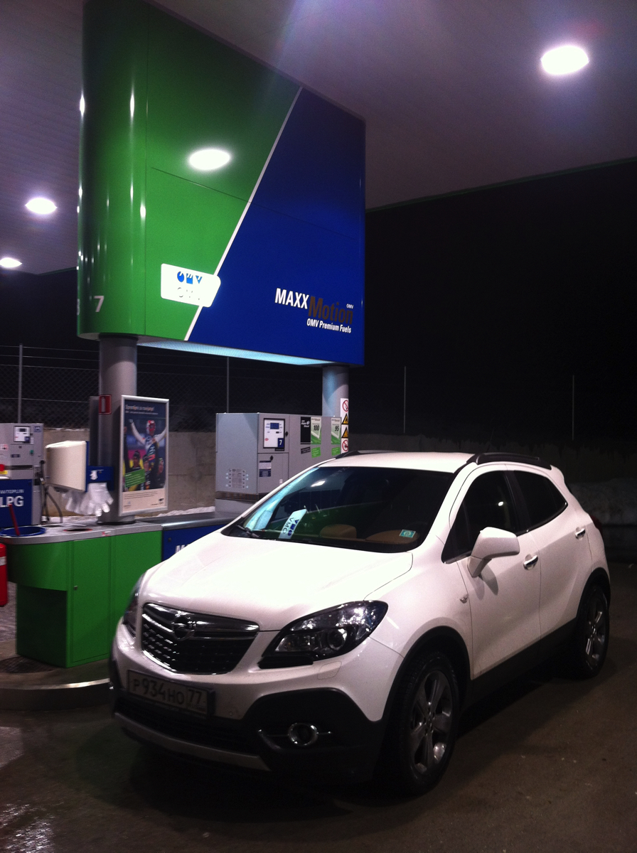 Opel Mokka: система адаптивного головного освещения AFL + с би-ксеноновыми фарами, которая адаптирует интенсивность и дальность освещения в зависимости от преобладающих дорожных условий, безусловно облегчала нашу жизнь во время вечерних перегонов