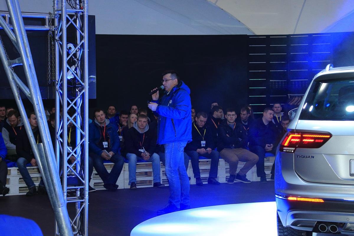 Вадим Шитко проводит инструктаж. Дилерский тренинг VW. Итак, короткий инструктаж по целям и задачам тест-драйва - и в путь!