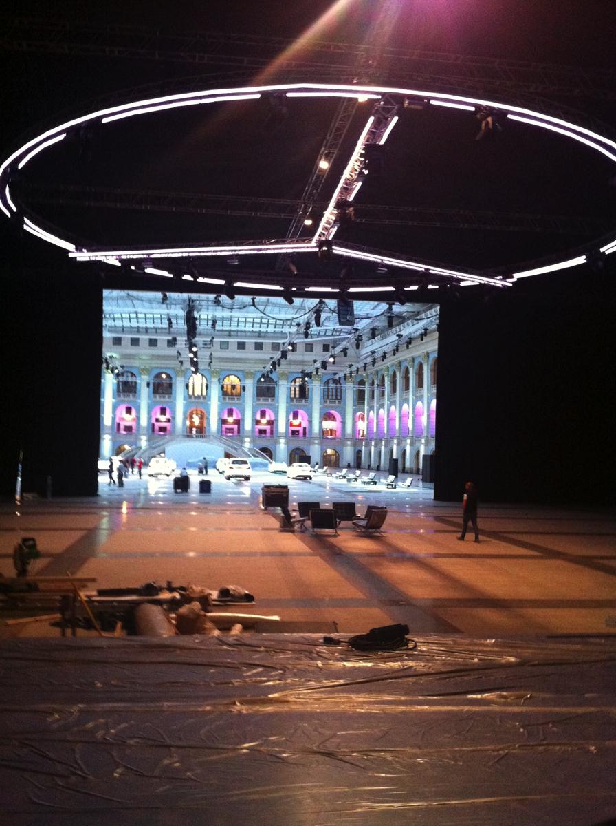 Выход был найден «на потолке», где весели монтировались конструкции для освещения зала