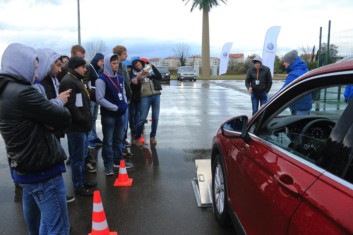 Дилерский тренинг VW в Сочи. VW Tiguan в офроуд версии имеет непревзойдённые углы въезда и съезда, для демонстрации которых мы изготовили специальные стенды с раздвижными транспортирами. Получилось удобно и наглядно