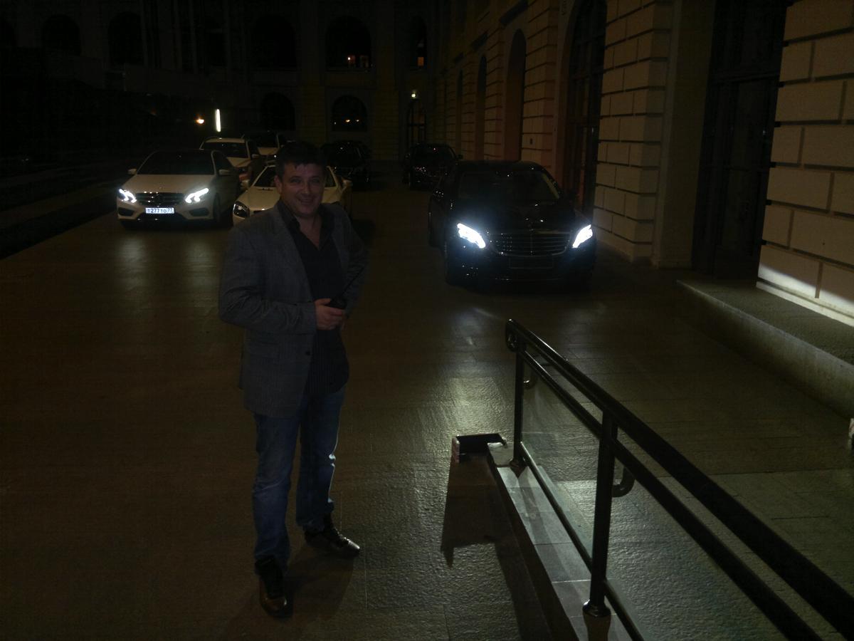 Вадим Шитко: Приняли с автовоза 20 новых автомобилей Mercedes S-класса, большинство еще без (!) номеров. Первая задача была в целости и сохранности доставить их внутрь Гостиного двора через узкие проемы и пандусы внутренних помещений