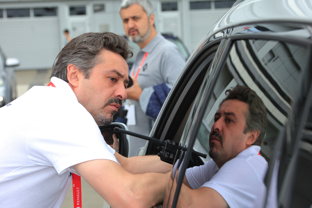 Тренинг Renault Koleos начинается. Инструктор дает несколько добрых слов напутствия